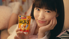 声優・逢田梨香子、生足あらわなパジャマ姿で柿の種新商品に「止まらん〜!」