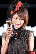 釈由美子「久々に網タイツを履いちゃいました」と照れ笑い