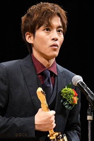 松坂桃李、キネマ旬報ベスト・テン助演男優賞のトロフィー手に「7年間の重みを感じた」