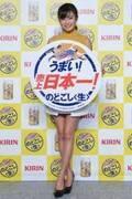 小島瑠璃子、ミニスカ美脚で「日本一!」と筆入れ式