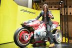 キアヌ・リーヴスが東京ゲームショウ訪問!ゲームに登場する実物大バイクと記念撮影