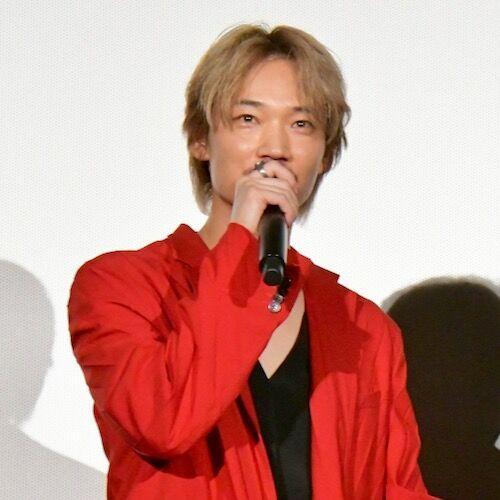 明るい服で盛り上げようとした村上虹郎、綾野剛の真っ赤なスーツに…