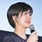 佐久間由衣、初主演映画の完成披露舞台挨拶で感極まって涙!