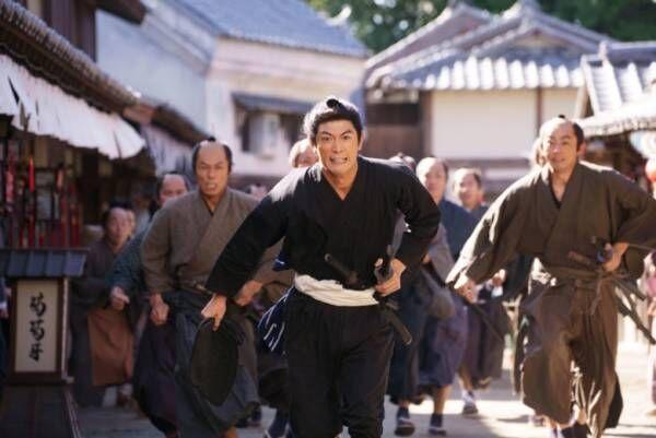 三浦春馬、主演映画『天外者』熱い劇中ショット!