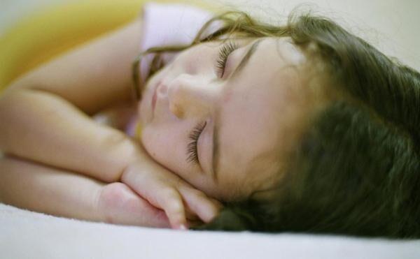 子供が夜中に寝ながら歩き出す――これは何という睡眠障害?