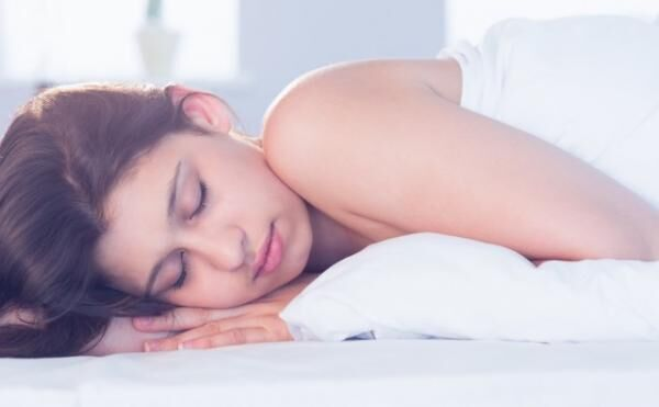 原因は寝る姿勢!? 寝方を変えると熟睡できるワケ