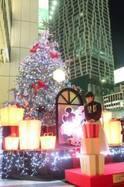 渋谷ヒカリエにミッキー&ミニーをイメージした約7メートルの大型クリスマスツリー登場