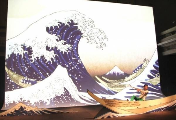 波が映し出されたスクリーンの前に立った井上涼氏 (C)ORICON NewS inc.