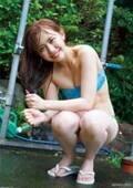 LinQ・新木さくら、プール&温泉でキュートスマイル&魅惑のボディ全開