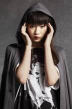 永野芽郁、人気ブランドをクールに着こなす オリジナルTシャツもデザイン