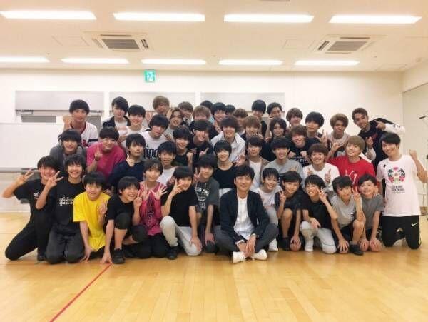 TBS 『ビビット』MCの国分太一(中央)が人気上昇中の関西ジャニーズJr.のライブ舞台裏に初潜入 (C)TBS