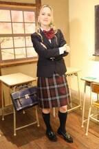 トリバゴ美女ナタリー・エモンズが人生初のJK制服披露「頭がよくなったみたい」