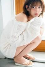 欅坂46渡邉理佐、オフショルニットで美肌&美脚披露 爽やかな健康美で魅了