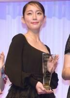 吉岡里帆、エレガントな黒ドレスで会場魅了 胸元に宝石キラリ