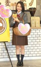 大学生・平祐奈、JK制服姿に「コスプレ感ない」 エプロン姿披露でカフェ接客も