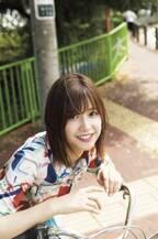 欅坂46・渡邉理佐、自転車にまたがりナチュラル笑顔 部屋着姿では密着感たっぷり…