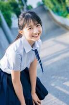 NMB48の正統派美少女・山本彩加、制服姿で駆け出す! 白ワンピ姿で美肌も披露