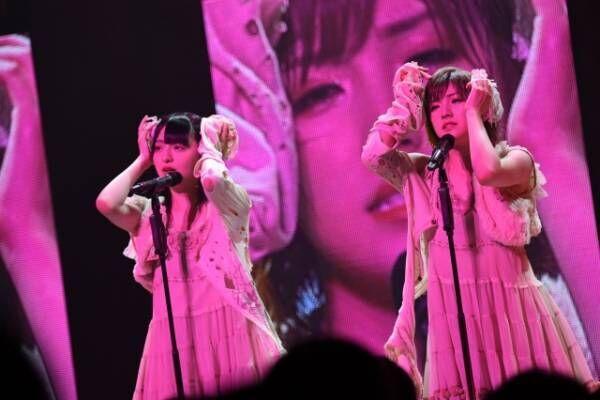 ラストのキスで沸かせたAKB48チーム4の(左から)佐藤七海、岡田奈々(C)AKS