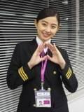 """朝比奈彩、パイロットの制服姿が美しすぎる 乗客に""""本物""""と間違えられ…"""