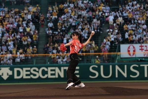 9月22日、プロ野球「阪神×DeNA」戦のファーストピッチ・セレモニーに登場した戸田恵梨香(C)NHK