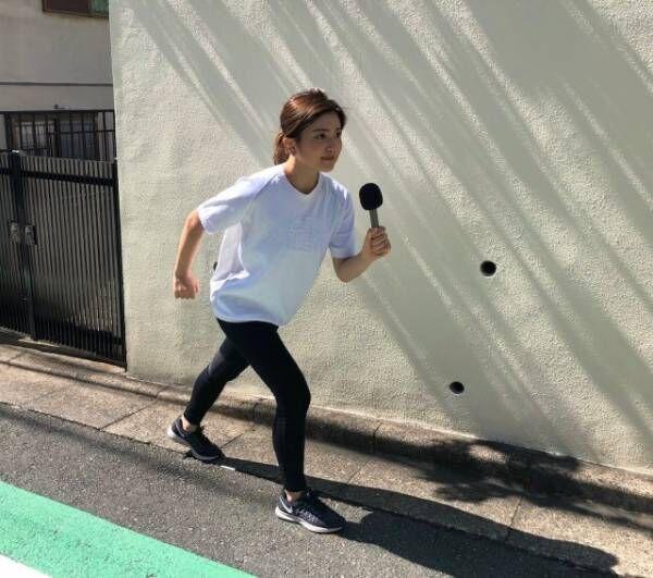 『Mステ』仕様のマイクを手に『全力坂』に挑んだ並木万里菜アナウンサー(C)テレビ朝日