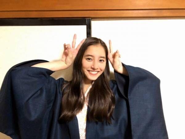 温泉浴衣姿でWピースをする新木優子(写真は公式ブログより)