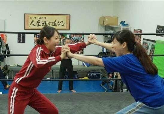 金曜ナイトドラマ『時効警察はじめました』第6話(11月22日放送)で麻生久美子(右)と吉岡里帆(左)がガチプロレス(C)テレビ朝日