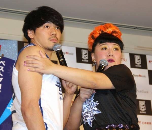 「フォーリンラブ」を披露した(左から)篠山竜青選手、バービー (C)ORICON NewS inc.