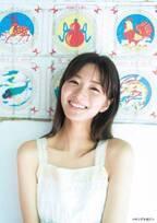 """岡崎紗絵""""癒やし率200%""""の笑顔と透き通る美肌で魅了"""