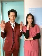 中村倫也、『トップナイフ』撮影現場訪問 広瀬アリスと役柄意識のポーズ撮影