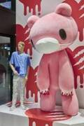 「いたずらぐまのグル~ミ~」マスクをつけた巨大なピンクのクマが有楽町に登場