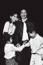 矢部浩之&青木裕子、メディア初の家族ショット&5年ぶり夫婦2ショット公開「心底照れました」