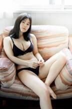 大久保桜子、はち切れんばかりの美バストで魅了