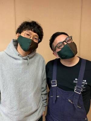 よしもと祇園花月×伝統産業コラボの『西陣織シルクマスク』を着用するミキ