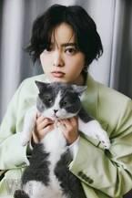 「平手友梨奈と猫」尊すぎる2ショット 撮影の合間には猫じゃらしで遊ぶ