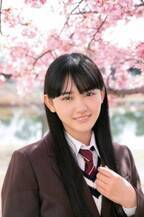 櫻坂46最年少・山崎天、満開の桜とフレッシュな制服 高校入学記念グラビア