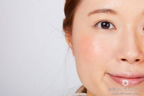 オレンジに染まった女性の頬