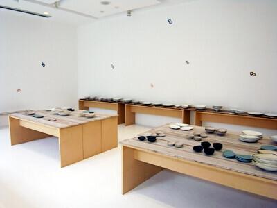 皆川明さんと安藤雅信さんのコラボレーション、「はねの器 ハナの器」展開催中