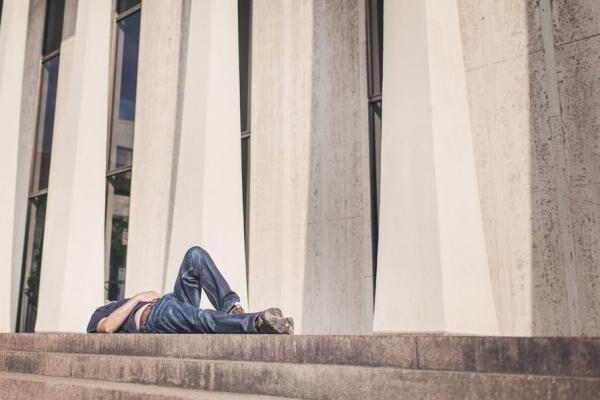 どうしてこんなに眠いの? 日中に睡魔が襲う「ナルコレプシー」の症状