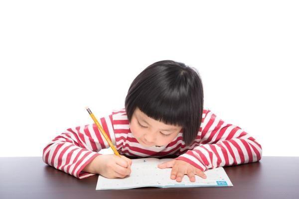 リビングで姿勢が悪化? ママが悩みがちな「子どもの学習机」事情