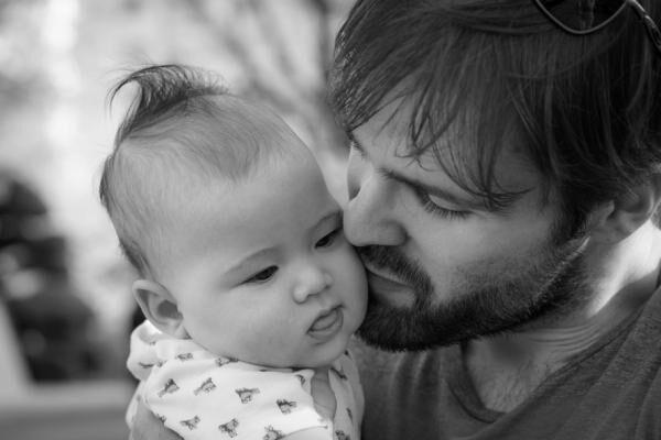 家族に反対される!? 日本のパパが「育児休暇」を取得しないワケ