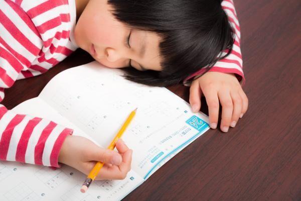 """甘やかしすぎ? 小学生の""""夏休みの宿題""""を手伝う親のリアルな割合"""