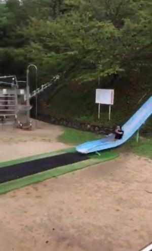【おどろき遊具動画】滑り台がもたらした世にも恐ろしいアクロバットな結末