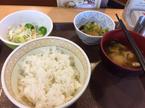 【おもしろ食事画像】牛丼とサラダのセットを注文…届いた品にある異変が?
