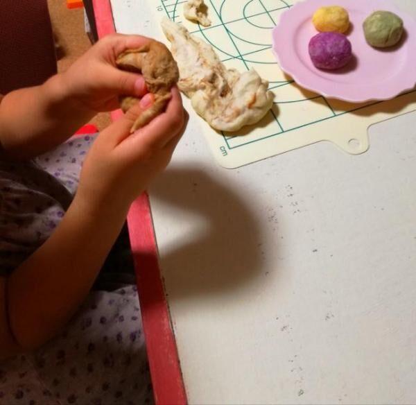 """おうち遊びにオススメ! 親子で楽しめる""""小麦粉粘土""""の簡単な作り方"""