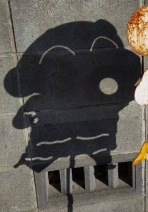 """【おもしろホラー画像】クレヨンしんちゃんの""""飛び出し注意標識""""が見せた狂気"""