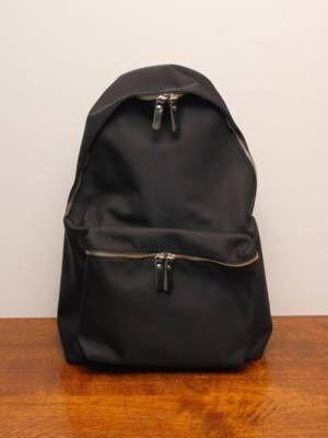 通勤バッグをもっと自由に。「黒バックパック」でカジュアルシックに装って。