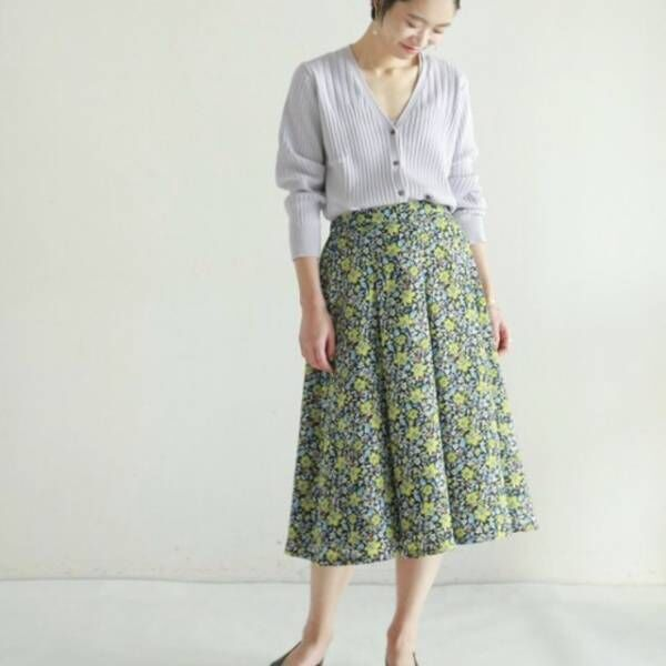 視線を釘付け!エレガントな「花柄スカート」で女性らしさ急上昇!