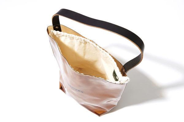 PVCとキャンバス地のシックな化学反応。夏の本命トレンドは『TEMBEA』のバッグと一緒に。