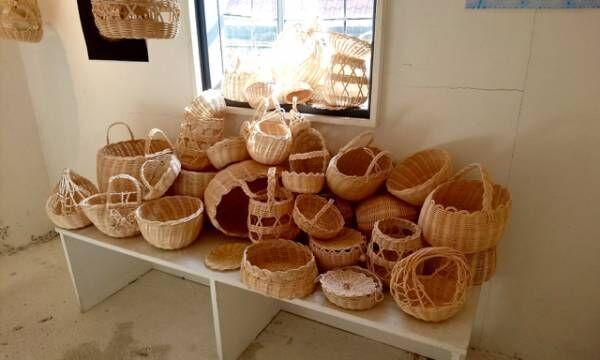 あらゆるものを籐で編む「YOSHIKO」のかごワークショップが開催